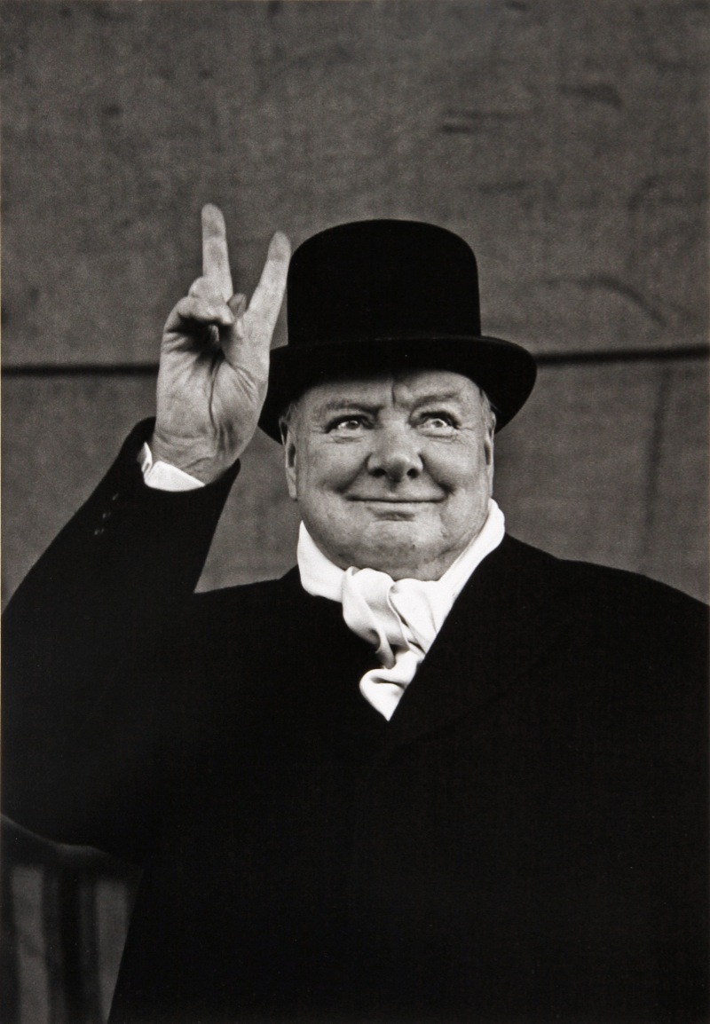 Alfred Eisenstaedt: Winston Churchill gives the victory sign at a political rally, Liverpool, 1951