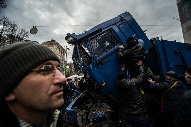 Fotó: Bielik István / Tüntetők ártalmatlanítanak egy vízágyút a Krescsatjuk úton