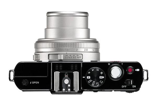 Leica D-Lux 6 Silver Edition felülről is elegáns az ezüstre színezett objektívvel.