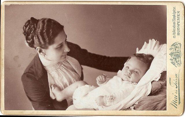 Anya és gyermeke Hilda 1902. celloidin, vizitk. Kincses Károly tulajdona