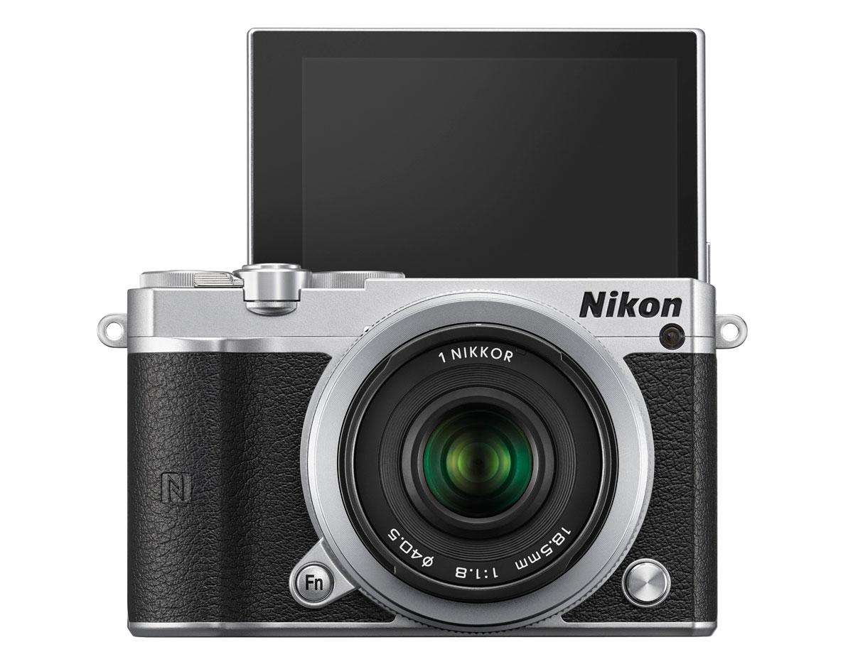 A Nikon 1 J5 fekete, ezüst és fehér színben kerül a polcokra.