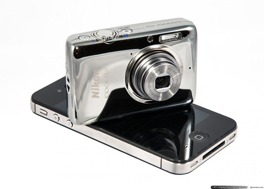 A Nikon Coolpix S02 kisebb, mint egy mobiltelefon