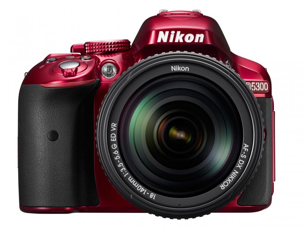 A D5300 háromféle színben kapható, feketében, vörösben és szürkében.