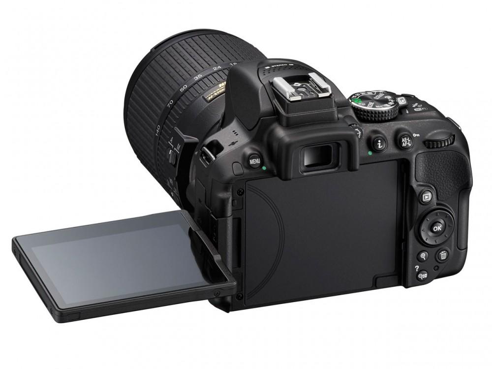 A D5300 nagy, dönthető LCD monitorral rendelkezik.