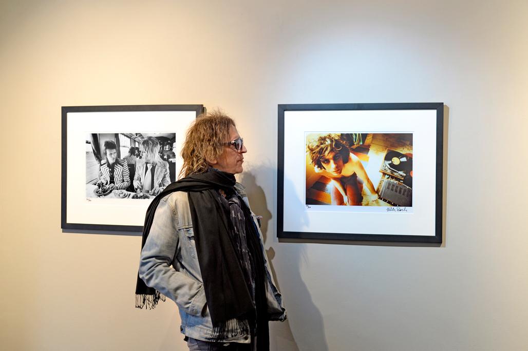 Mick Rock a fényképei társaságában
