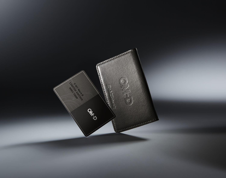 Olympus OM-D E-M5 Mark II tartozéka egy varrott bőr kártyatartóval ellátott sorszám kártya.