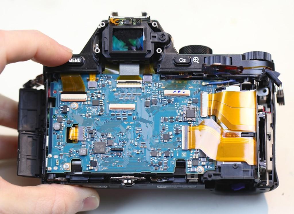 Sony 7R hátlapja mögött micsoda