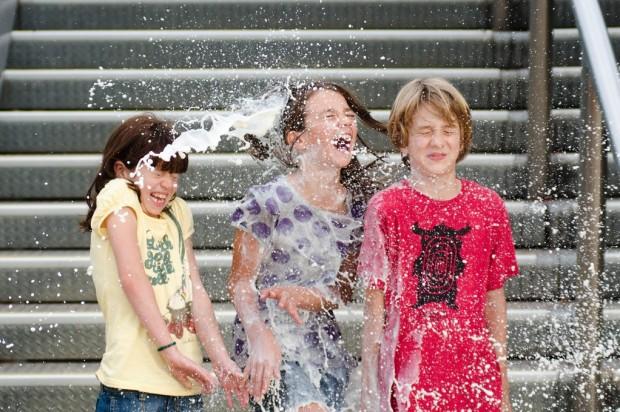 Alexander JE Bradley fényképe a gyerekekkel
