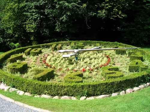 clock-bushes-photoeuromagicflickr.jpg