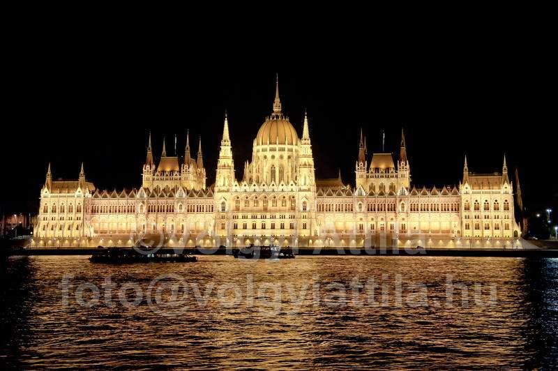 parlament-diszkivilagitas-1108121245fva.jpg