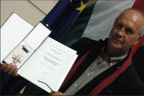 Eifert János, az átvett díjjal (foto: promenad.hu)
