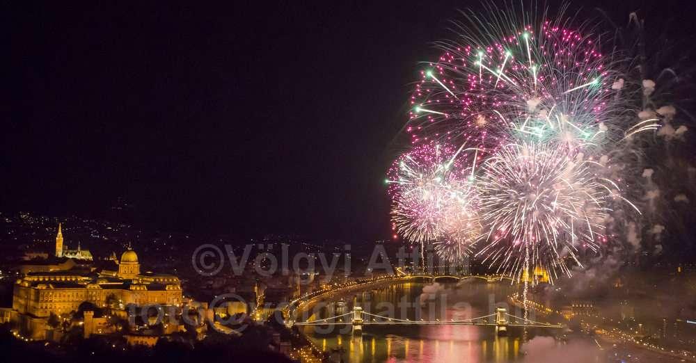 fireworks-budapest-aug20-1208205389hva-photosvolgyiattilahu.jpg