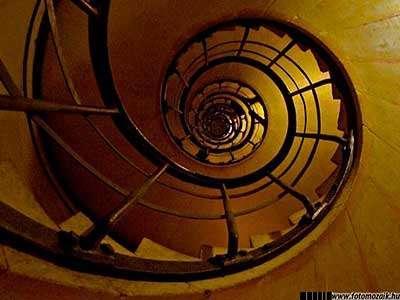 Fotográfiai expozíció: Sötét tónusú fénykép lépcsőről