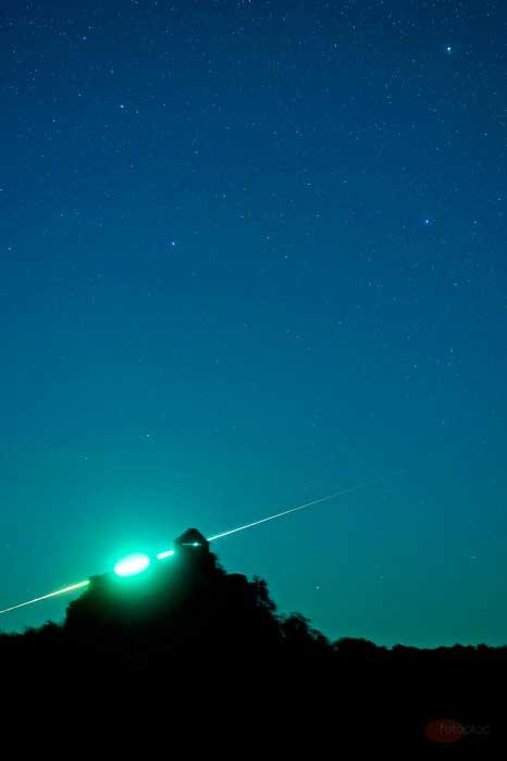 Az érdekes éjszakai fénykép egy tűzgömböt és a salgói várat mutatja.