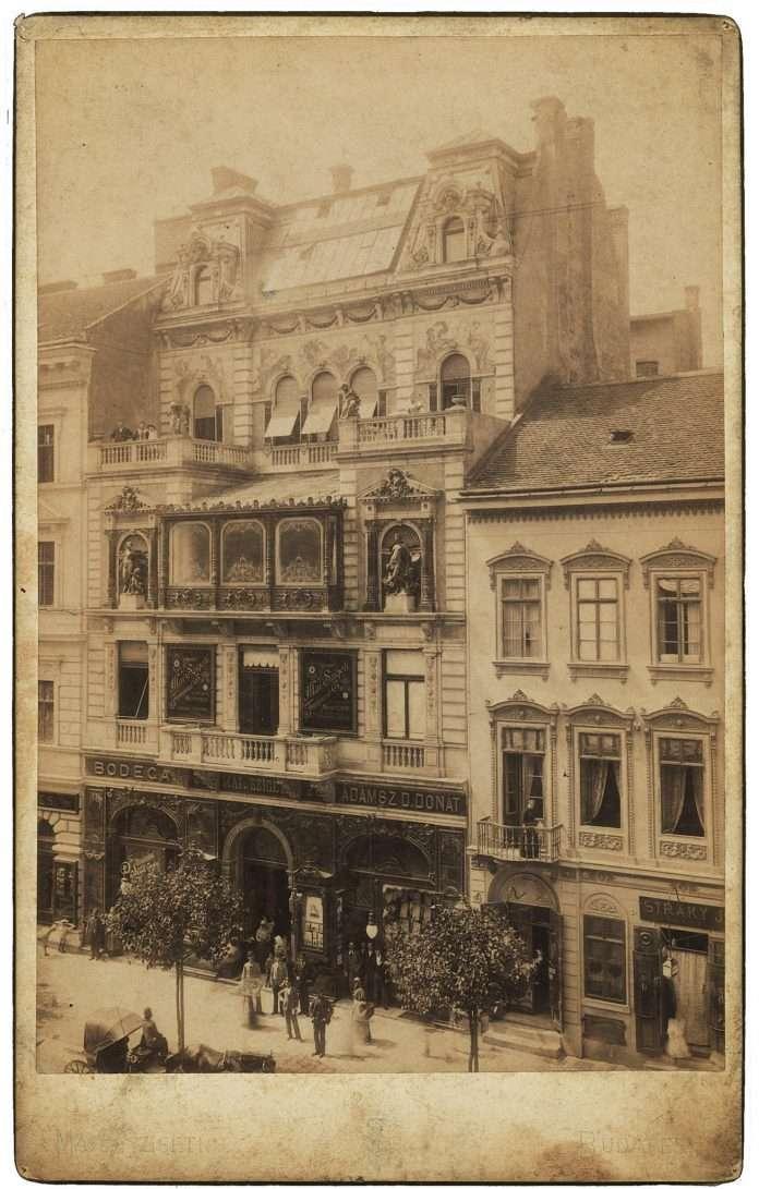 Fotó: Mai Manó felvétele a műteremházáról, a felépítést követő első évben, 1895 albumin, kabinetportré, magántulajdon