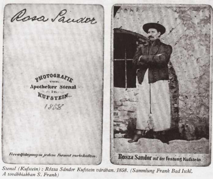 Fotó: A fényképész kivitette a tömlöcéből Rózsa Sándort a szabadba kéz- és lábbilincsben, s ott készítette el a teljes alakú képet. Kufstein, 1858 (fotomuveszet.net)