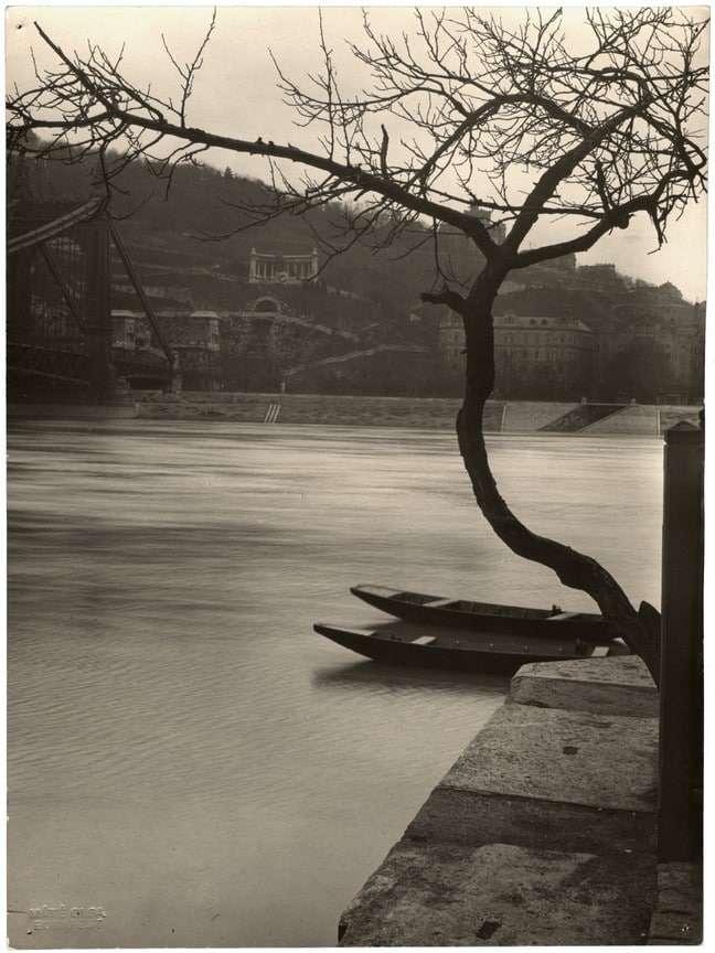 Fotó: Máté Olga: Duna-part az Erzsébet híd mellett. 1930 k. © Magyar Fotográfiai Múzeum