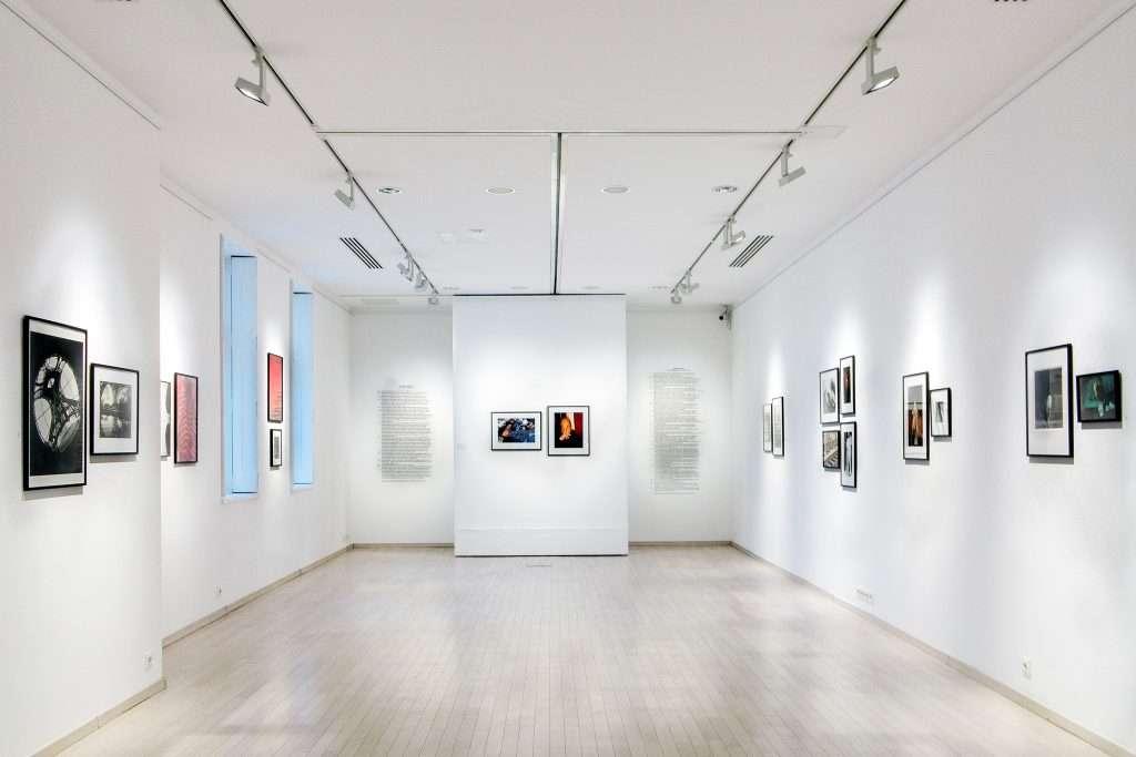 Czigány Ákos tárlatvezetése Lucien és Rodolf Hervé kiállításán