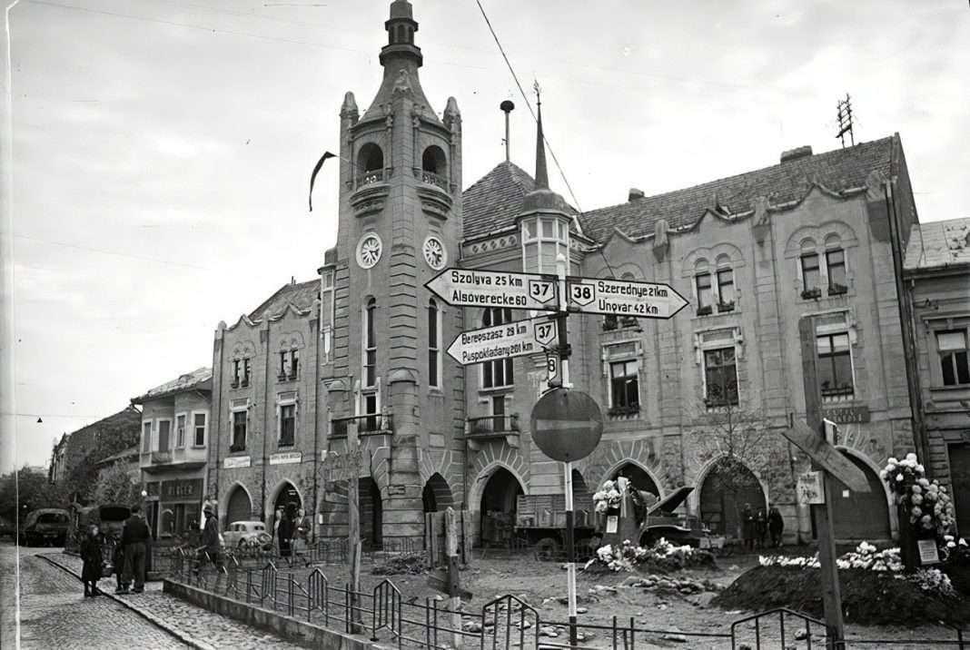 A munkácsi városháza előtt, az akkori Horthy Miklós (ma: Duhnovics) téren. (Fotó: Vörös Hadsereg / FORTEPAN)