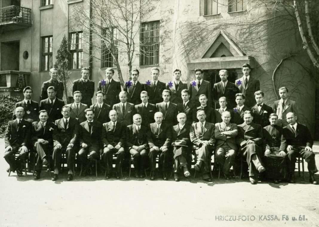 A VIII.B a kassai Sibrik utcai (ma ulica Lermontovova) egykori Magyar Királyi Állami Rákóczi Tanulóotthon udvarán 1944-ben. Csillaggal jelölve az osztály zsidó származású diákjai. (Fotó: Schermann Ákos / FORTEPAN)