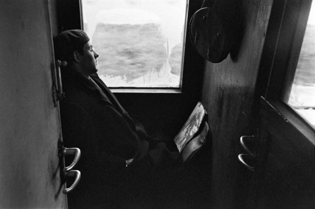 Az ingázók a vonaton pótolták az éjszakai alvás hiányait. Ez a fiú Brigitte Bardot-val. (Fotó: Szalay Zoltán / FORTEPAN)