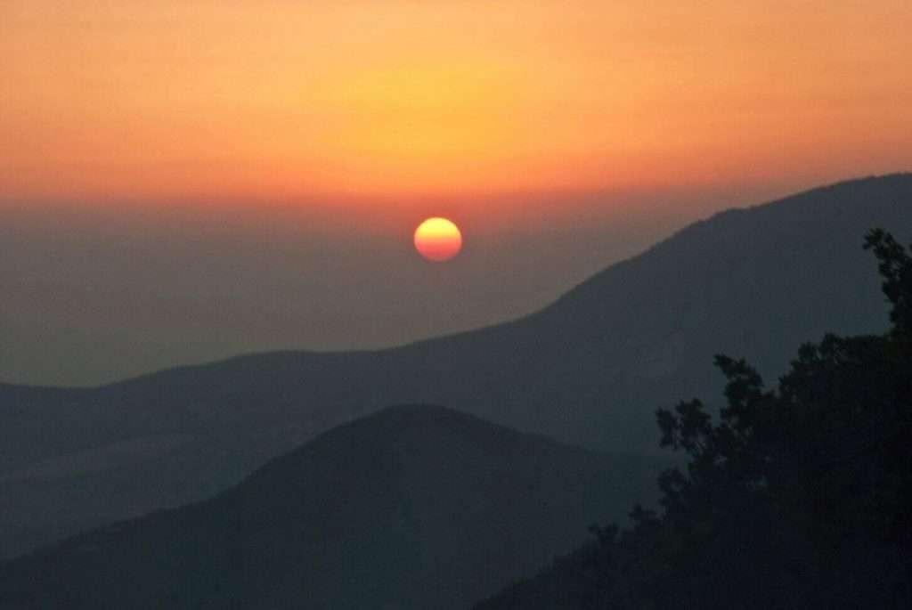 Nyári napfordulós naplemente és a napfelkelte megtekintése