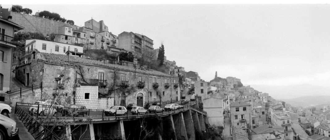 A szicíliai Cammaratában. Az olasz-magyar koprodukcióban forgatott A menyasszony gyönyörű volt című filmhez készült helyszínfotó, 1987.