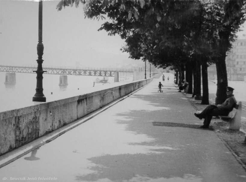 Fotó: dr. Sevcsik Jenő: Budai rakpart a Kossuth híddal, 1952