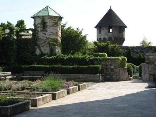 Barangolás a Királyi Kertekben és a várfalakban