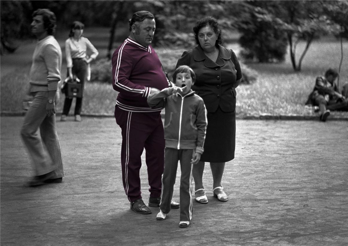 Fotó: Tímár Péter: Élhető szocializmus: Kiskosztüm és tréningruha (C_375_5) – Balaton, 1980 © Tímár Péter