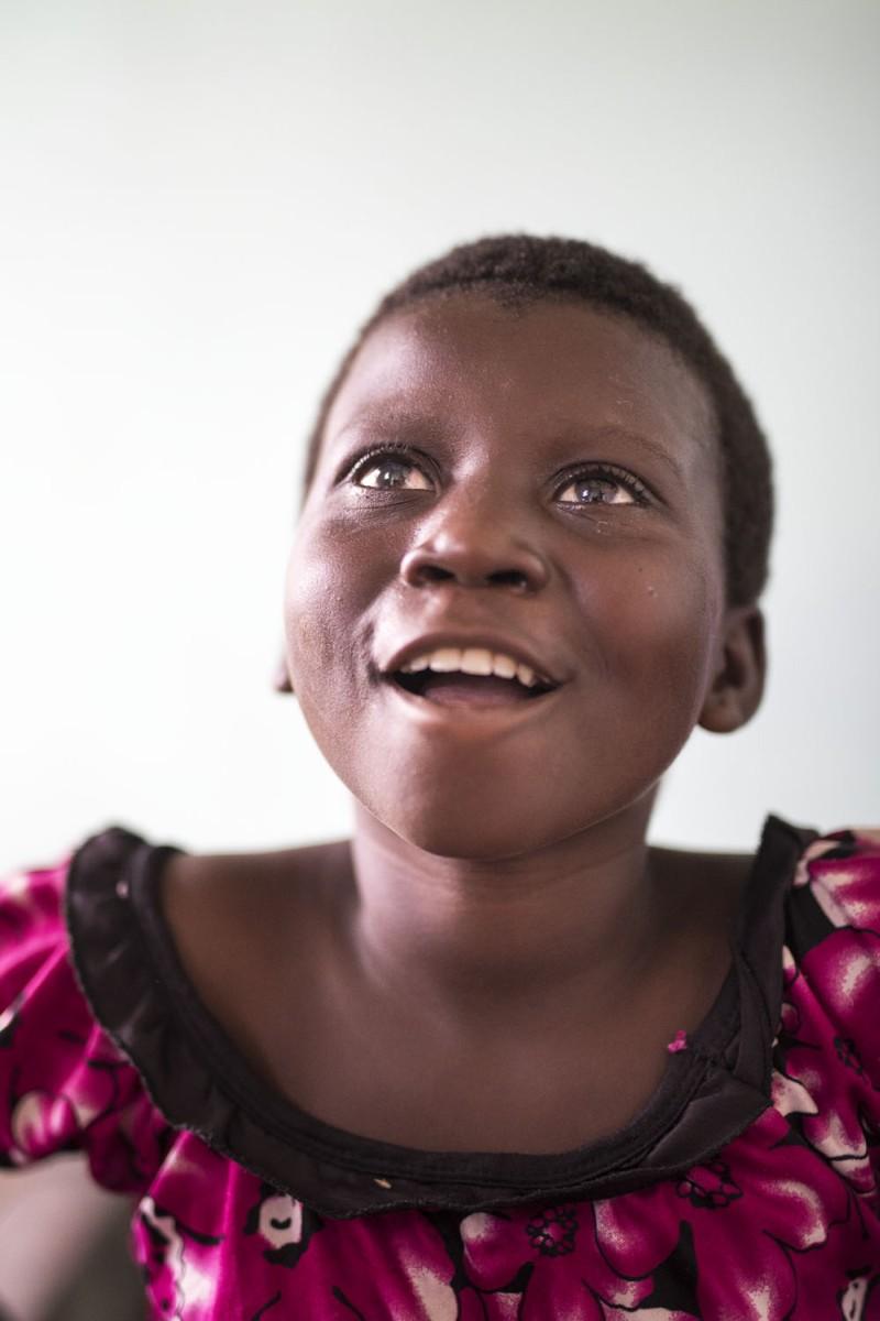 Fotó: Hajdú D. András: Mbedji a látásával együtt visszakapta az életét is: iskolába járhat, később pedig családot is alapíthat.