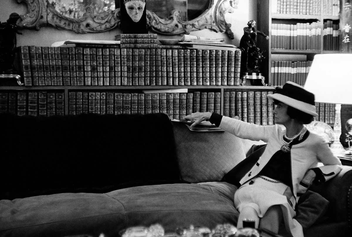 Fotó: Douglas Kirkland: Coco Chanel a nappalija kanapéján, Párizs, 1962 © Douglas Kirkland/Photo Op