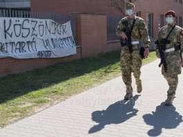 Fegyveres katonai járőr teljesít szolgálatot a Honvéd Kórház mellett Fotó: Völgyi Attila / blog.volgyiattila.hu