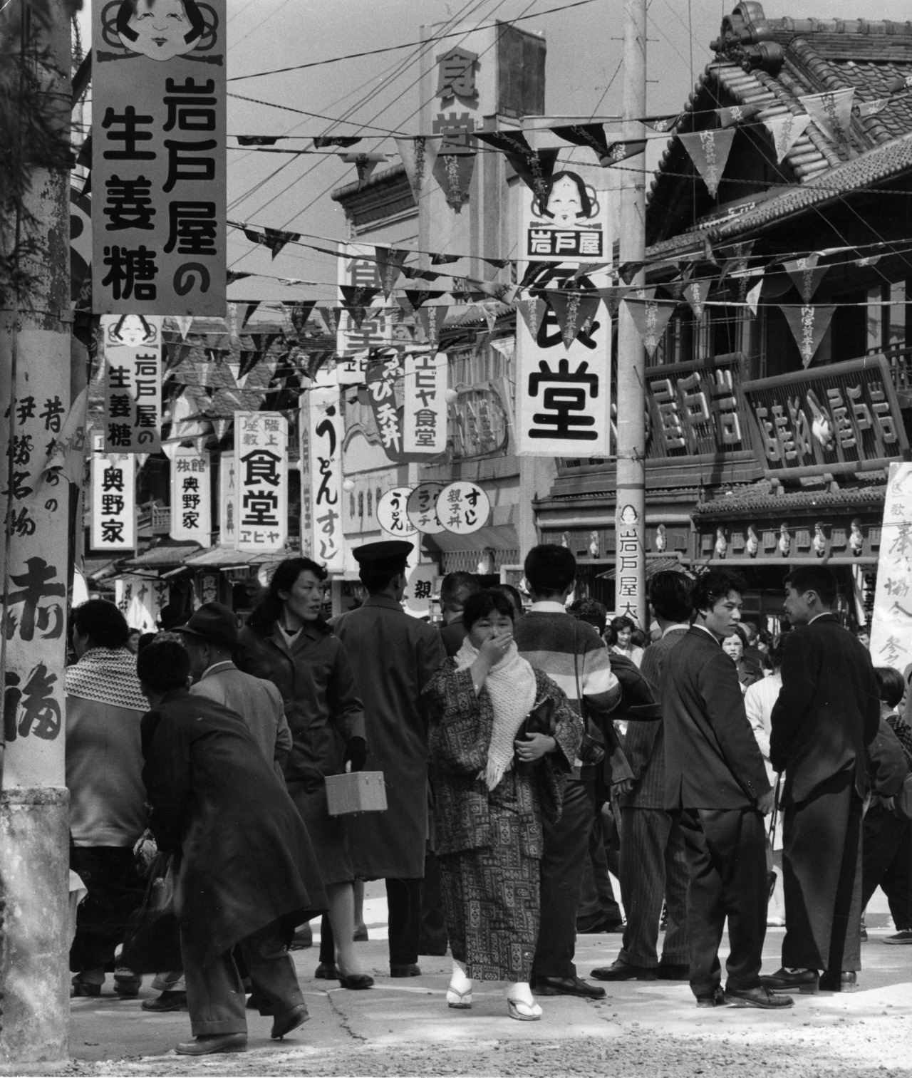Fotó: Paul Almásy: Tokiói utcasarok, Japán, 1960 körül, 35,6 x 30 cm, zselatinos ezüst, Magyar Fotográfiai Múzeum