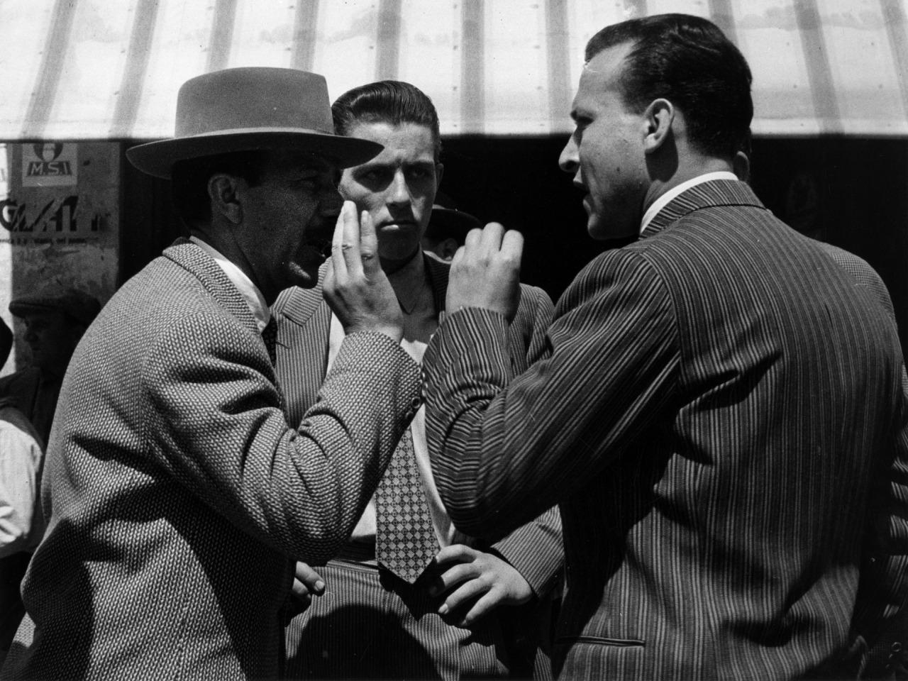 Fotó: Paul Almásy: Választás Olaszországban, részlet a Kezek című sorozatból, 1953 körül, 30 x 40 cm, zselatinos ezüst, Magyar Fotográfiai Múzeum