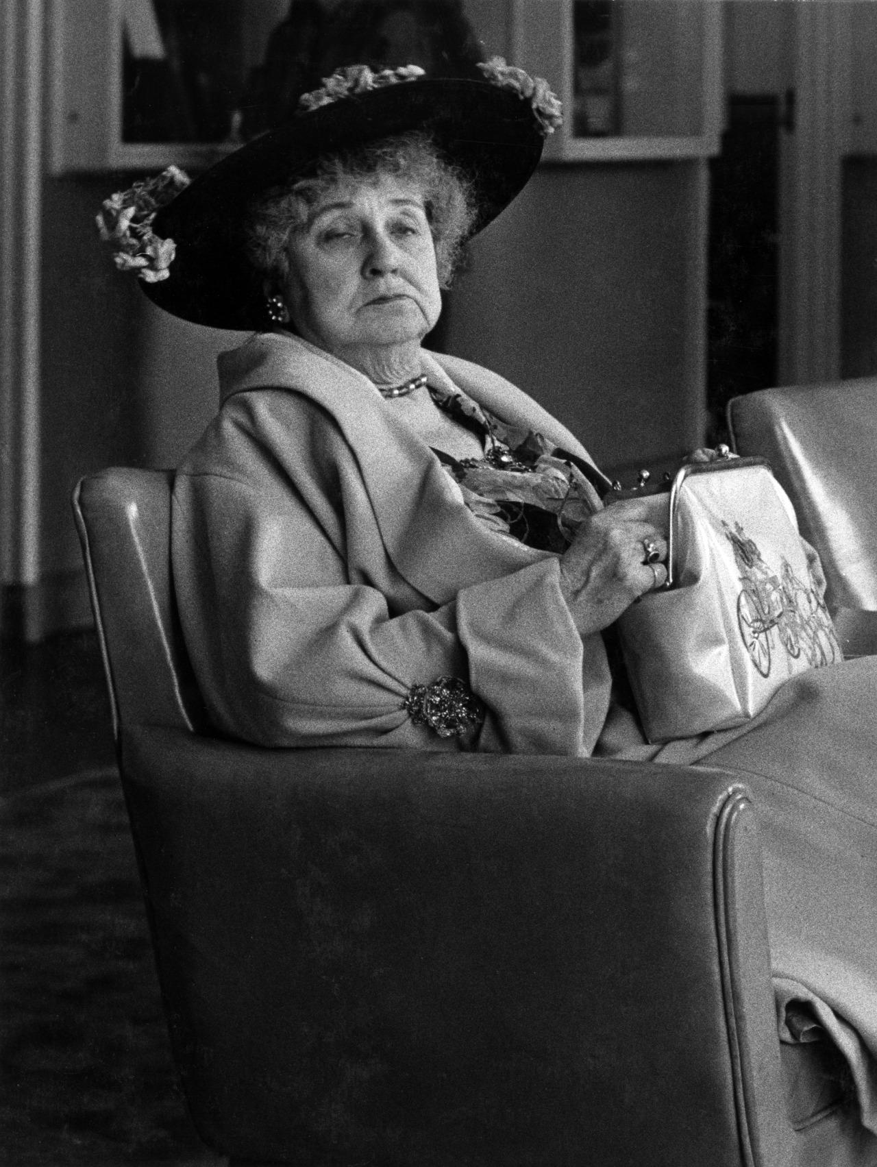Fotó: Paul Almásy: Idős hölgy a Hilton halljában, 1958, 39,2 x 29,8 cm, zselatinos ezüst, Magyar Fotográfiai Múzeum