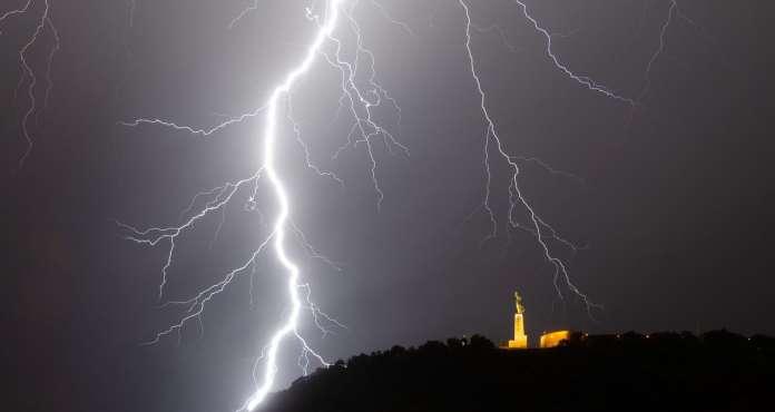 Villám csap le Budapest központi védett területénél, a Gellért-hegynél. FORRÁS: BAJOMI BÁLINT