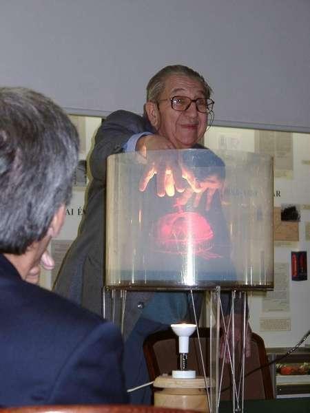 Dr. Greguss Pál és a Magyar Szent Koronáról készült körüljárható multiplex hologram - Fotó: Jámbor Márk